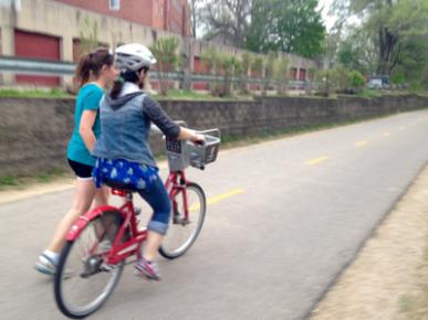 ¡Mimi Hang aprende a andar en bici!